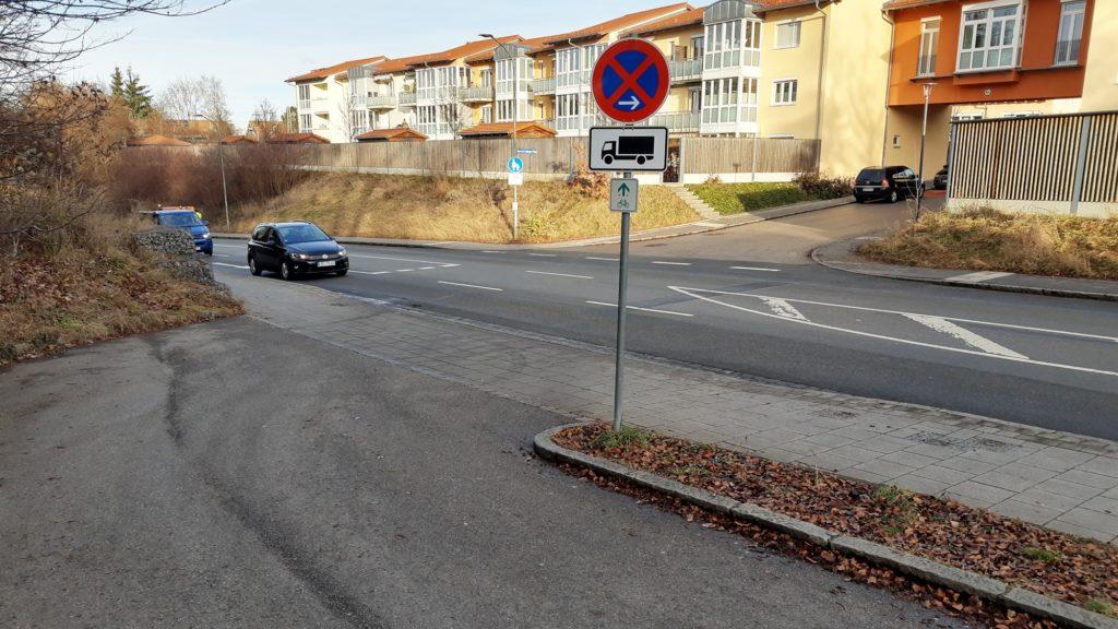 Ohne Fahrradbrücke: Querung der Möschenfelder Straße, hier Blick nach Osten