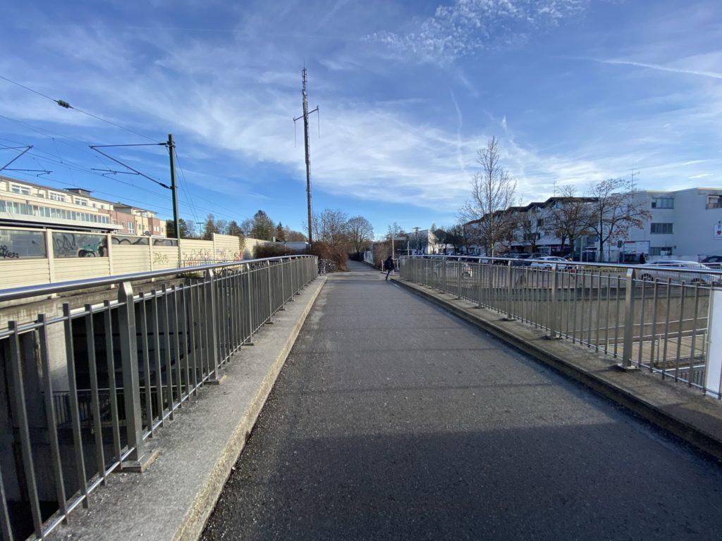 Fahrradbrücke über die Karl-Böhm-Straße, Blick nach Osten