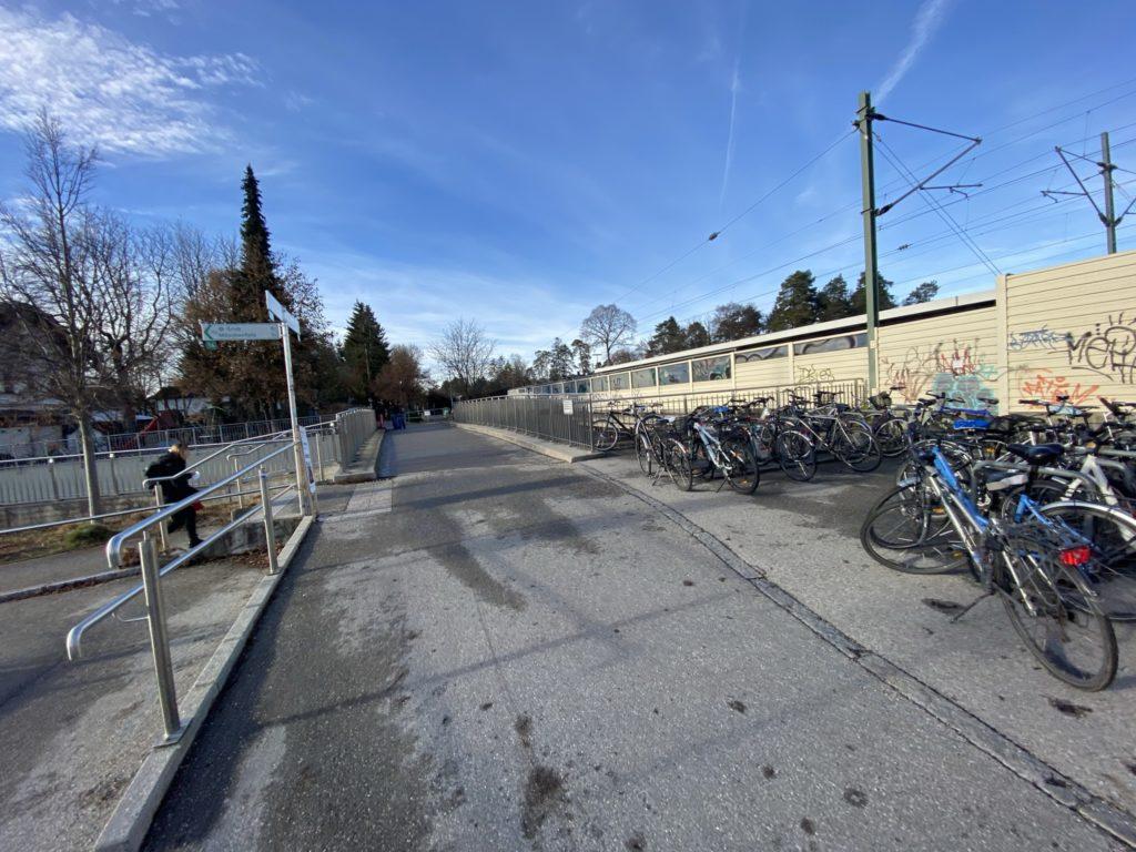 Fahrradbrücke über die Karl-Böhm-Straße, Blick nach Westen